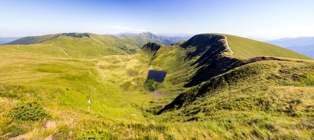 Szeroka panorama zielonych górskich wzgórz. karpaty w lecie.