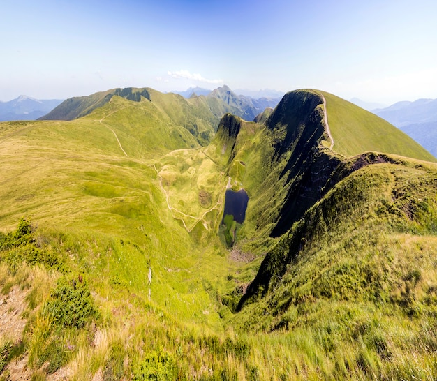 Szeroka panorama zielonych wzgórz górskich. karpaty w lecie.