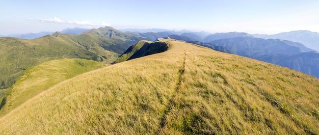 Szeroka panorama zielonych wzgórz górskich
