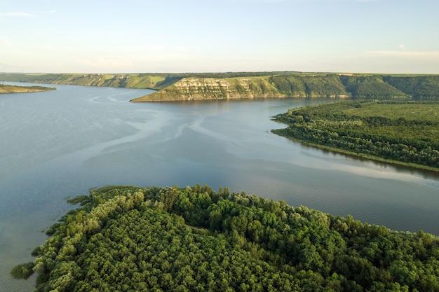 """Szeroka rzeka dniestr i odległe skaliste wzgórza w rejonie bakoty, część parku narodowego """"podolski tovtry"""" na ukrainie"""