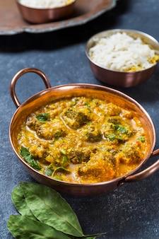 Szeroki asortyment z pysznym pakistańskim posiłkiem