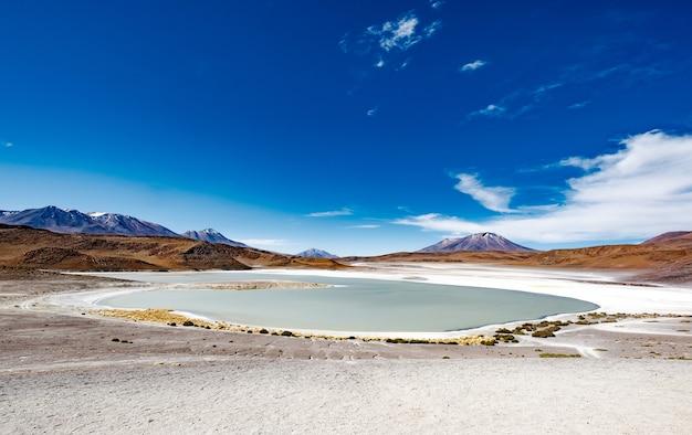 Szeroki górski krajobraz laguny boliwijskiej