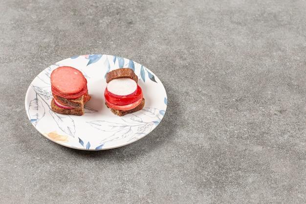Szeroki kąt. kanapka z salami i warzywami.