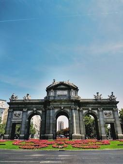 Szeroki kąt strzału pomnika puerta de alcala w madrycie, w hiszpanii pod bezchmurnym niebem