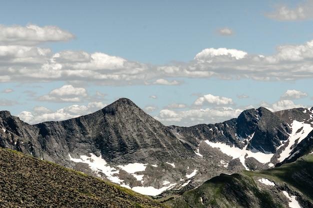 Szeroki kąt strzału w rocky mountain national park w usa pod zachmurzonym niebem