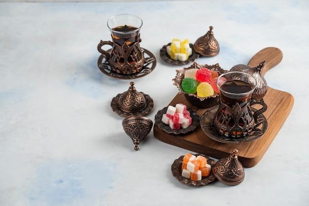 Szeroki kąt tradycyjnego stolika do herbaty. pachnąca herbata i słodkie cukierki