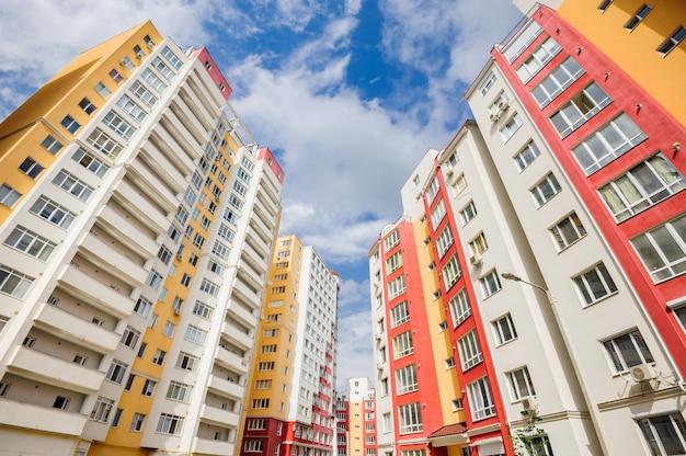 Szeroki kąt ujęcia nowych budynków mieszkalnych