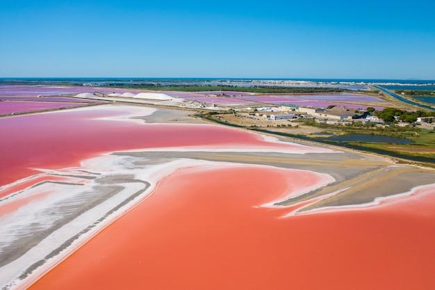 Szeroki kąt ujęcia wielobarwnych jezior solnych w camarque we francji