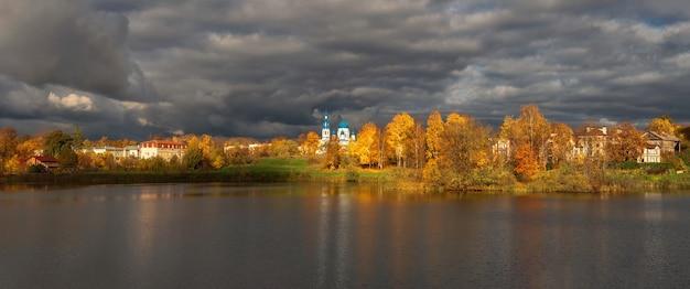 Szeroki panoramiczny widok na wioskę przed burzą
