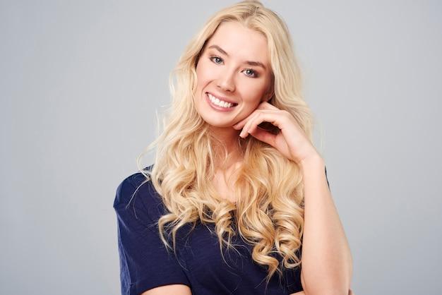 Szeroki uśmiech wesołej blondynki