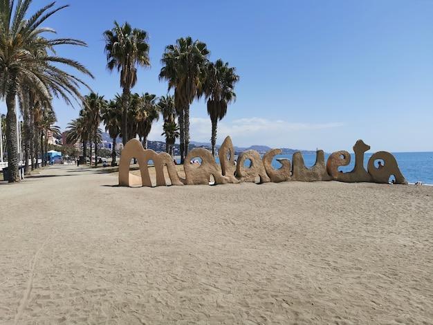 Szeroki widok na plażę malagueta w okresie letnim.