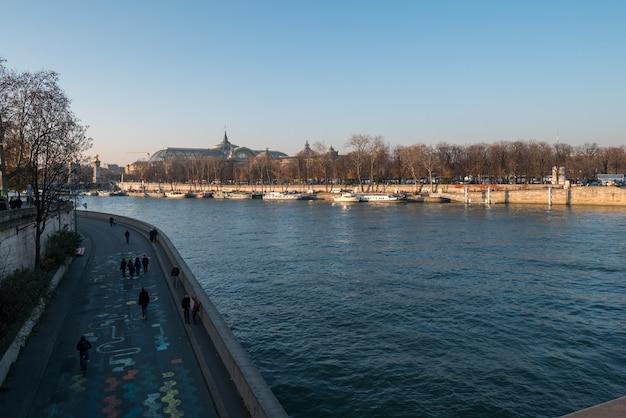 Szeroki widok na sekwanę w paryżu