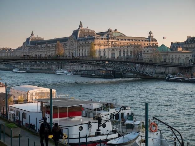 Szeroki widok na sekwanę w paryżu.