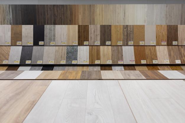 Szeroki wybór sklepu z narzędziami z próbkami parkietu drewnianego na podłogę.