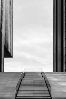 Szerokie schody między dwoma nowoczesnymi biurowcami przy medienhafen w dusseldorfie w niemczech.