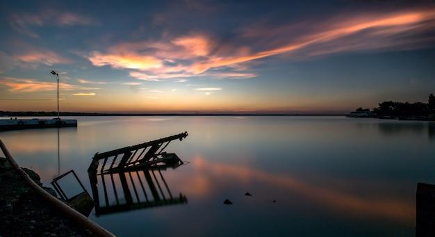 Szerokie ujęcie morza pod pięknym niebem