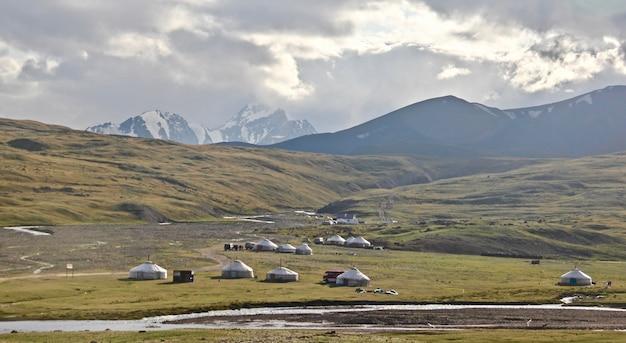 Szerokie ujęcie nizin na środkowym wschodzie z namiotami ustawionymi przez odkrywców