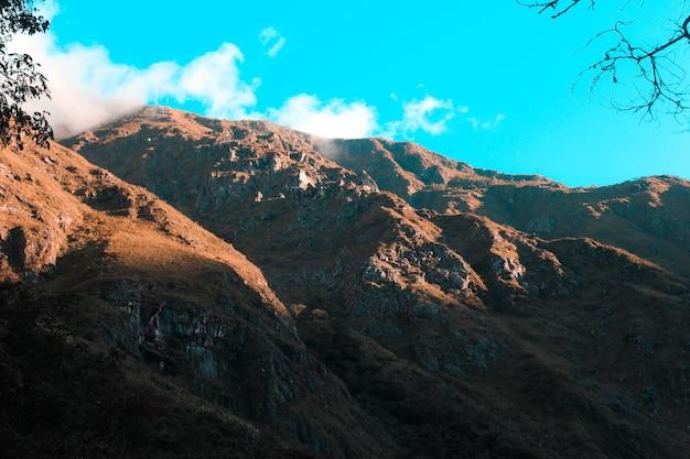 Szerokie ujęcie pasma górskiego na pustyni z czystym błękitnym niebem w słoneczny dzień