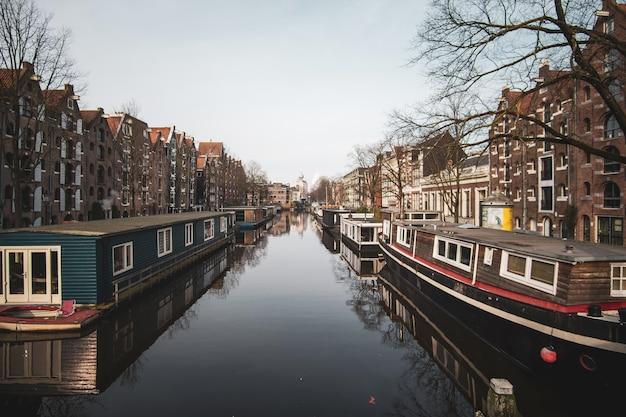 Szerokie ujęcie starych budynków mieszkalnych i przystani dla łodzi nad jeziorem