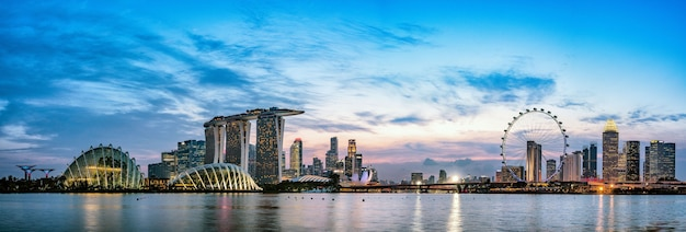 Szerokie zdjęcie panoramiczne przedstawiające panoramę singapuru o zmierzchu