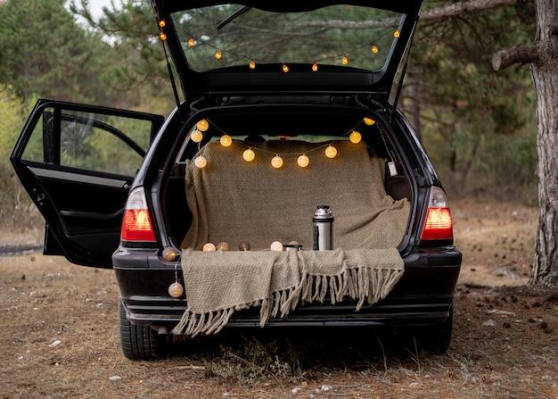 Szeroko otwarty bagażnik samochodu