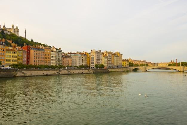 Szerokokątne ujęcie budynków miasta nad rzeką we francji