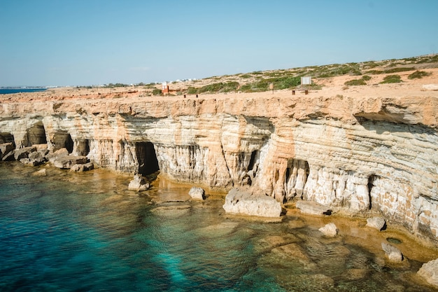 Szerokokątne ujęcie jaskiń morskich na cyprze w ciągu dnia