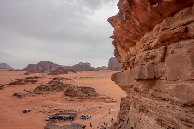 Szerokokątne ujęcie obszaru chronionego wadi rum w jordanii przy zachmurzonym niebie