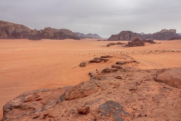 Szerokokątne ujęcie obszaru chronionego wadi rum w jordanii w ciągu dnia