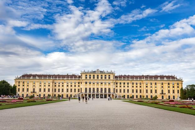Szerokokątne ujęcie pałacu schönbrunn w wiedniu, austria, przy zachmurzonym niebie