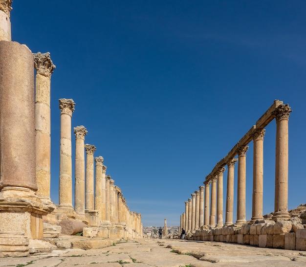 Szerokokątne ujęcie starożytnej konstrukcji z wieżami w jordanii pod bezchmurnym niebem