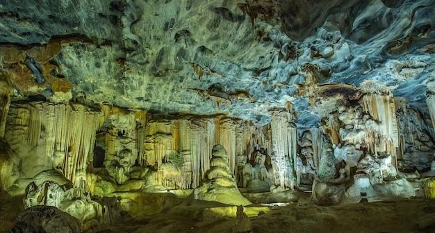 Szerokokątne ujęcie wnętrza jaskiń cango w boplaas w rpa