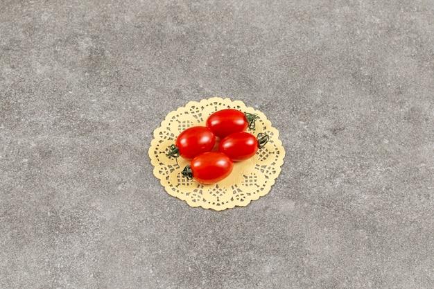 Szerokokątne zdjęcie ekologicznych pomidorków koktajlowych.