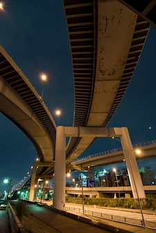 Szerokokątny nocny obraz dobrze i gęsto zorganizowanego obszaru japońskich dróg miejskich w pobliżu nabrzeża rzeki arakawa, tokio, japonia
