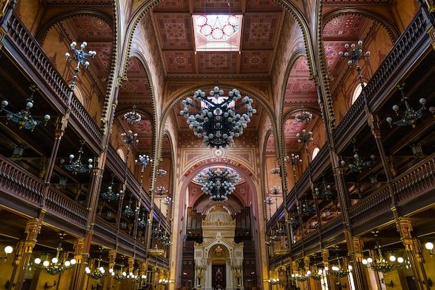 Szerokokątny widok wielkiej synagogi w budapeszcie, największej synagogi w europie.