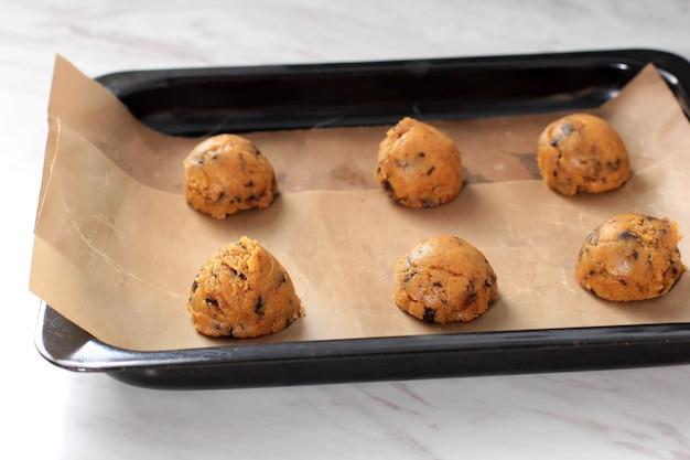 Sześć scoped surowych ciasteczek ciasto ciemnej czekolady ciasto migdałowe kokosowo-kokosowe, deser keto low carb diet