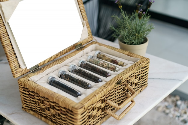 Sześć tubek różnych herbat liściastych w wiklinowym koszu