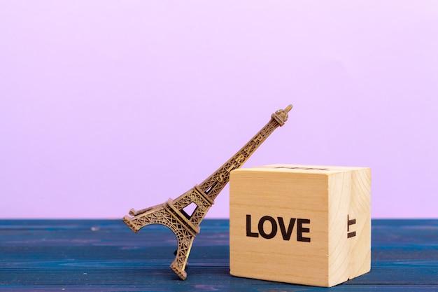 Sześcian drewniany blok ze słowem miłość