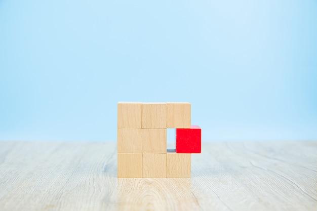Sześcian drewniany klocek ułożony bez grafiki.