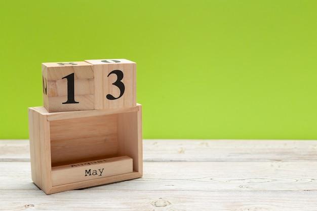 Sześcian kalendarz na 13 maja na drewno z miejsca na kopię