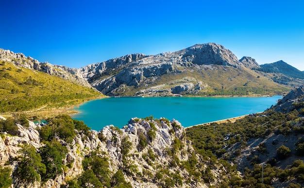 Sześcienne jezioro w górach majorki