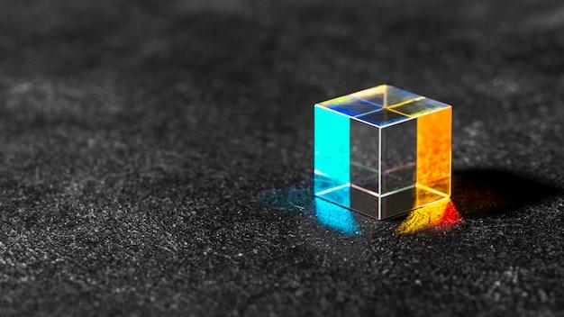 Sześcienny przezroczysty pryzmat i światła kopiują przestrzeń