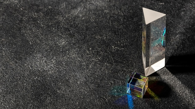 Sześcienny przezroczysty pryzmat i światła wysokiego widoku kopii przestrzeni