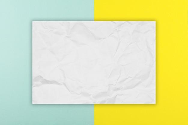 Sześciokąt brązowy papier na niebieskim i żółtym tle papieru.