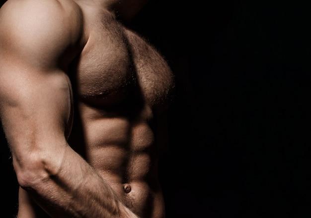 Sześciopak, abs, mocna klatka piersiowa. seksowny, muskularny męski tors sześciopak, ab. wysportowany mężczyzna trenujący nagą klatkę piersiową