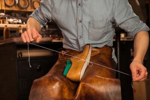 Szewc w warsztacie produkcji obuwia