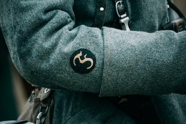 Szewron na rękawie płaszcza wielkiego żołnierza
