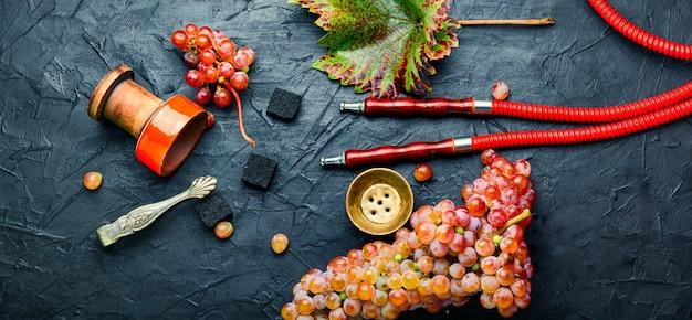 Szisza relaksacyjna z tytoniem winogronowym.pachnąca szisza winogronowa. szisza szisza z jagodami
