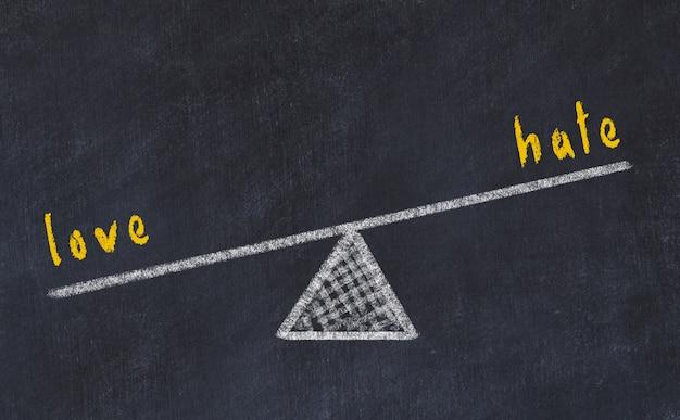 Szkic tablicy kredą skal, koncepcja równowagi między miłością a nienawiścią