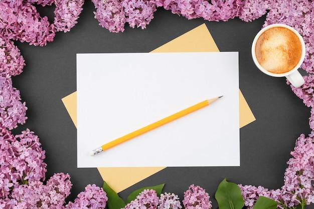 Szkicownik rzemieślniczy z ołówkiem na czarnym tle
